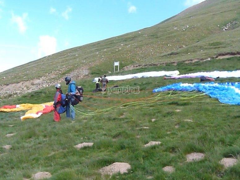 Preparing the flight in a paraglide in Castejon de Sos