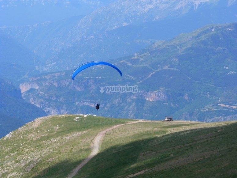Taking off in a paraglide in Castejon de Sos