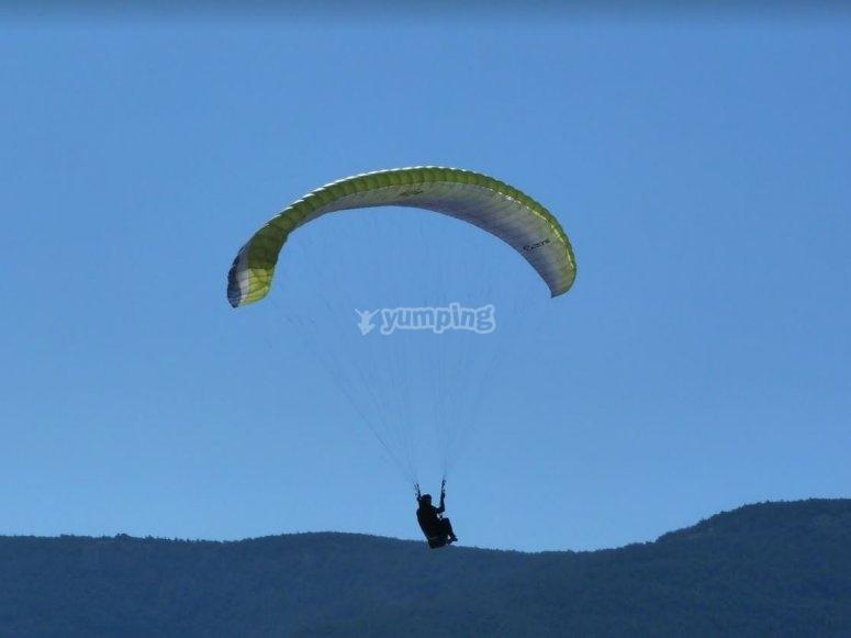 Parapente sobre la sierra en Avila