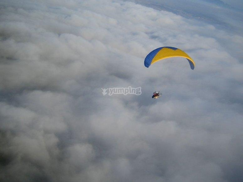 Volando en paratrike sobre las nubes en Logrono
