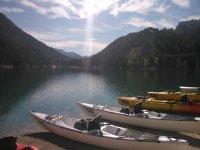 Kayaks en la orilla del rio