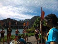 Monitor con los chicos antes de partir con los kayaks