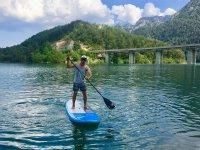 Remando sobre la tabla de paddle surf