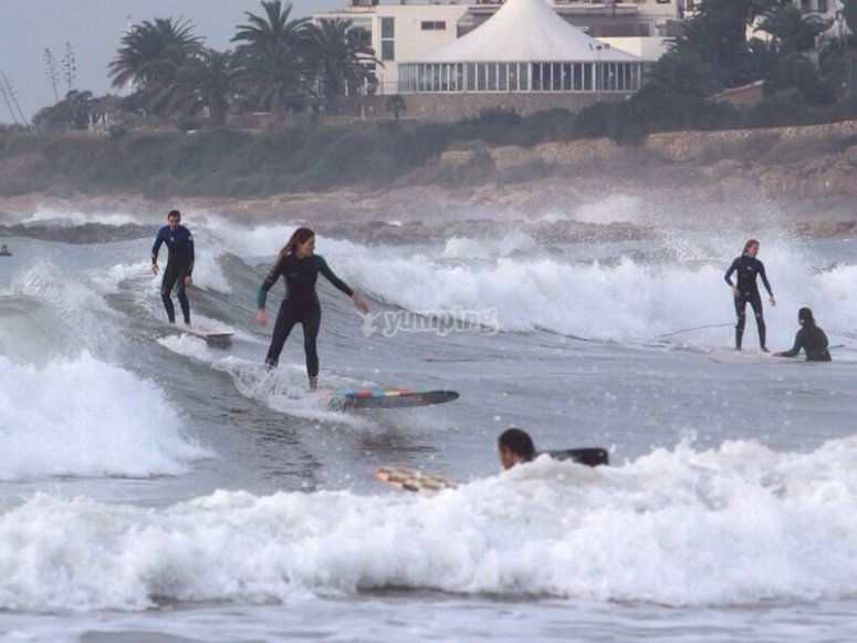Cogiendo olas con tablas de surf en Castelldefels