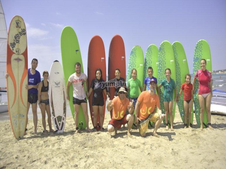 Grupo de surfistas en Castelldefels