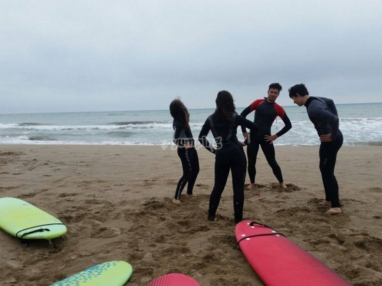 Les Botigues海滩冲浪课程