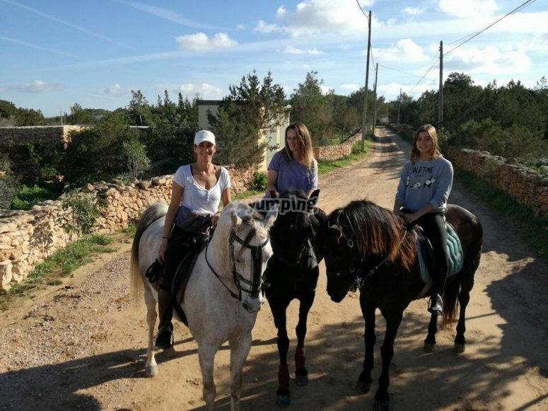 Chicas a caballo en Formentera