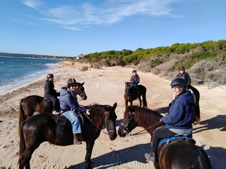 Grupo a caballo costa de Formentera