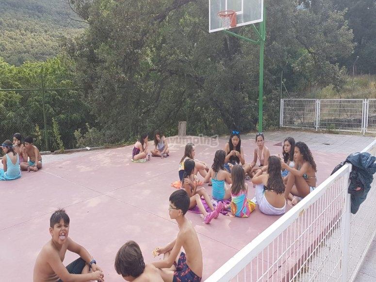 En la pista de baloncesto