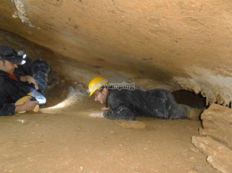 Pasando por la gatera de la cueva en Urdaibai
