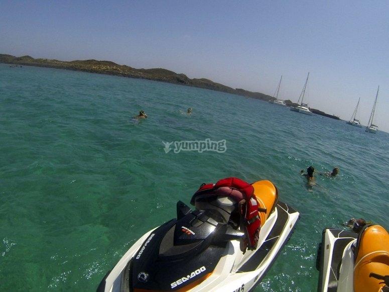 haciendo snorkel desde las motos en Corralejo