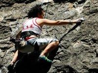 Joven escalando