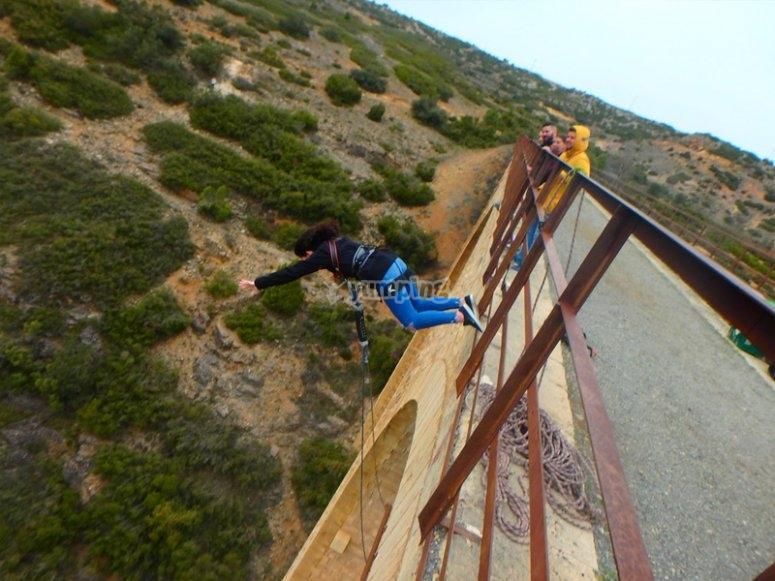 Disfrutando de un salto de puenting