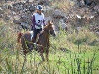 Montando a caballo por el campo