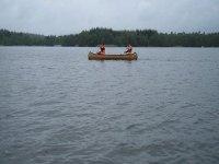 en una canoa en un embalse