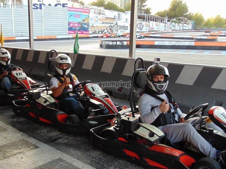 Pilotos montados en los karts en Benidorm