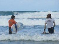 进入与冲浪教练监视器海