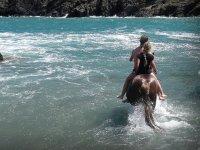Cabalgando en pareja en el agua