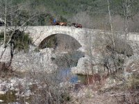 Cruzando el puente a caballo