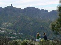 dos personas disfrutando del mirador de los 100 Valles
