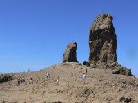 personas caminando por el roque nublo