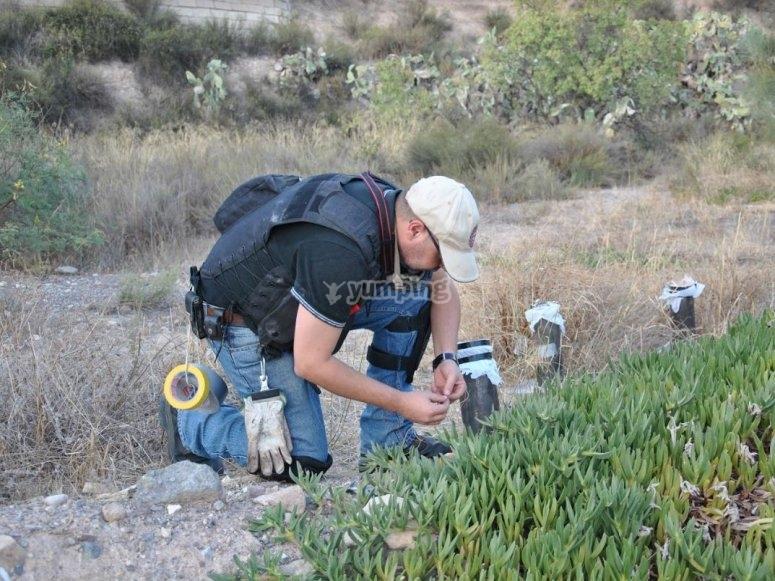 especialista colocando cargas explosivas en lorca