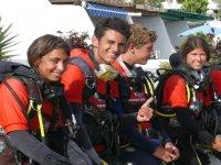 在兰萨罗特海上装备的第一次潜水课等待