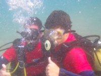 Saludando水下有面具和瓶