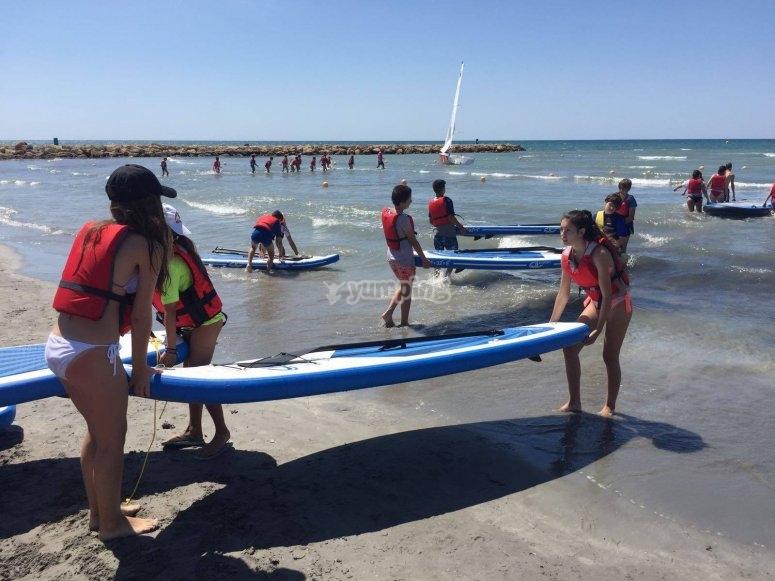 Llevando las tablas al agua en Santa Pola