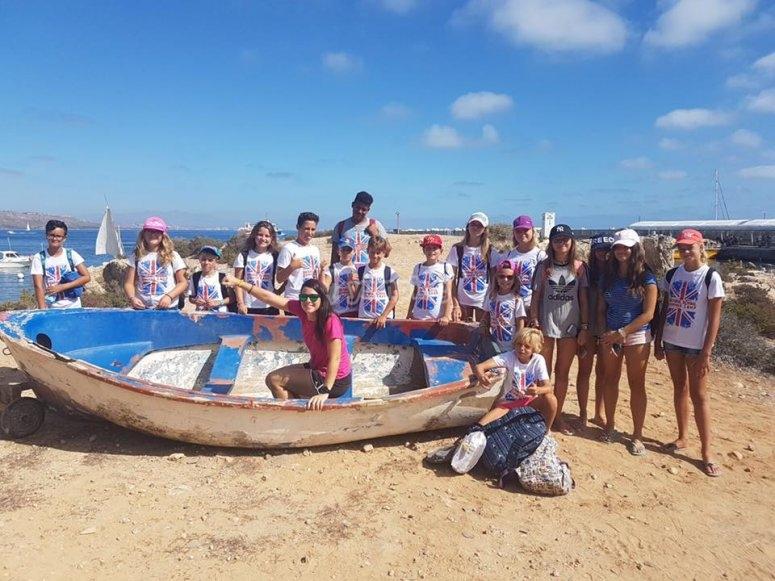 Participantes del campamento de Santa Pola en la playa