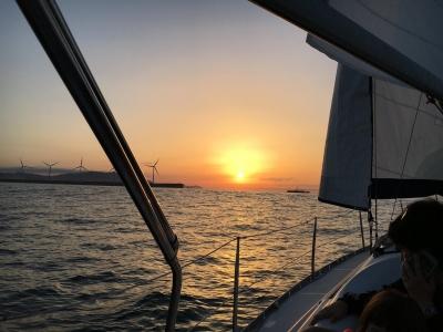 在日落2小时30分钟乘坐帆船穿过格乔
