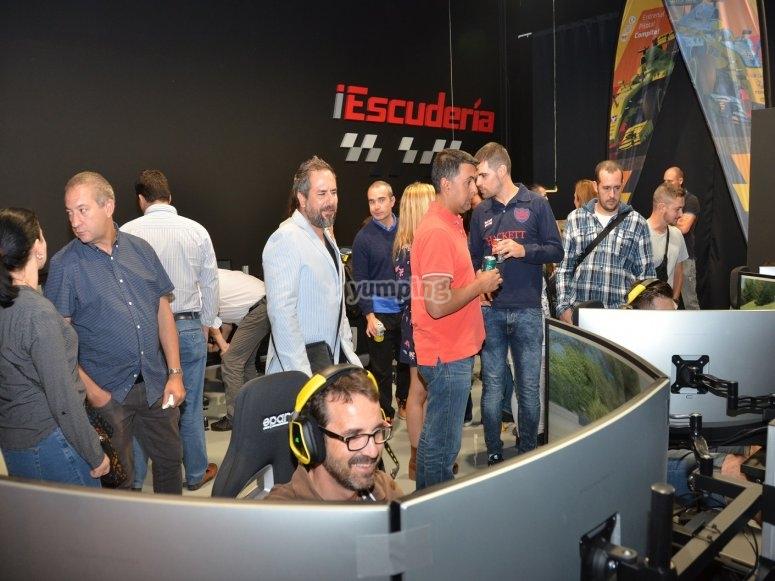 Reunidos frente a los simuladores