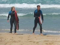 Saliendo del agua con las tablas de surf