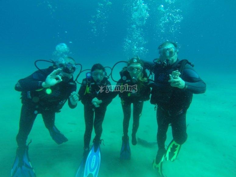 与朋友一起潜水