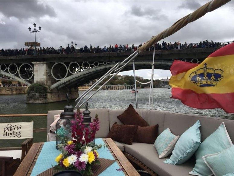 Sofa en el barco que surcar el Guadalquivir