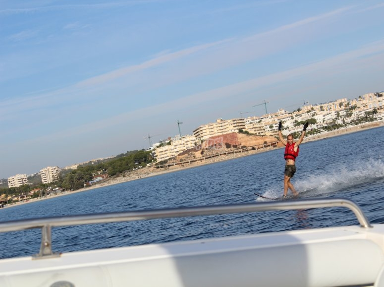 esquia sobre el mar