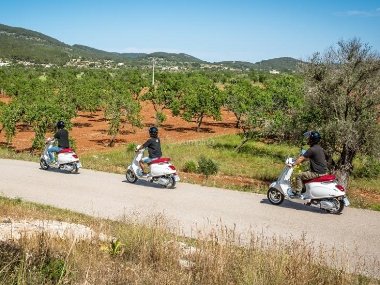 在伊维萨岛骑摩托车