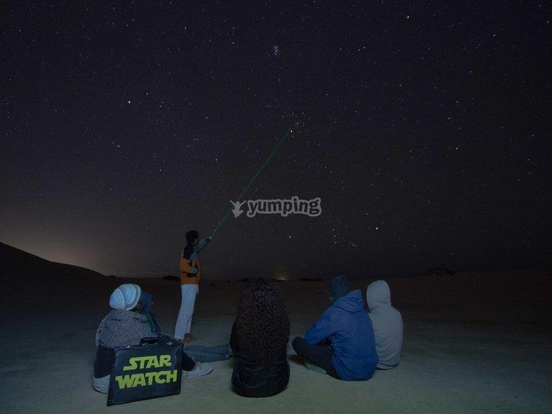 grupo de senderistas bajo las estrellas