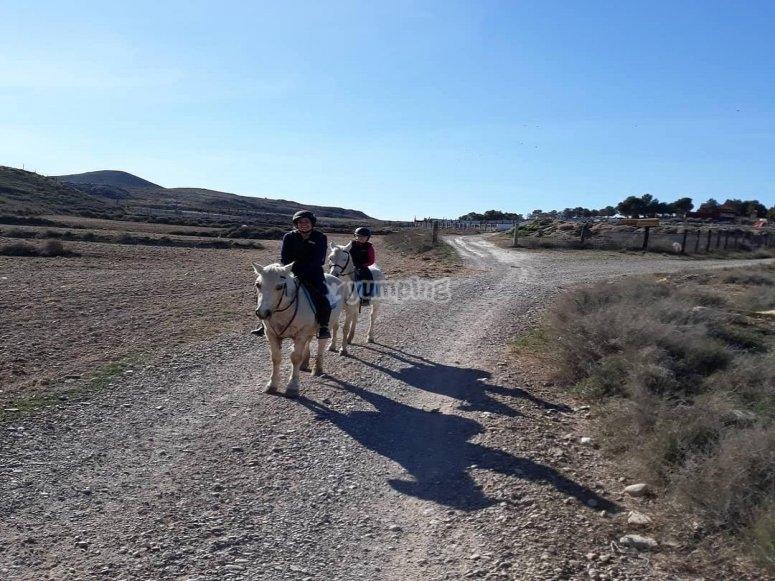 Madre e hija a caballo por Burgo de Ebro