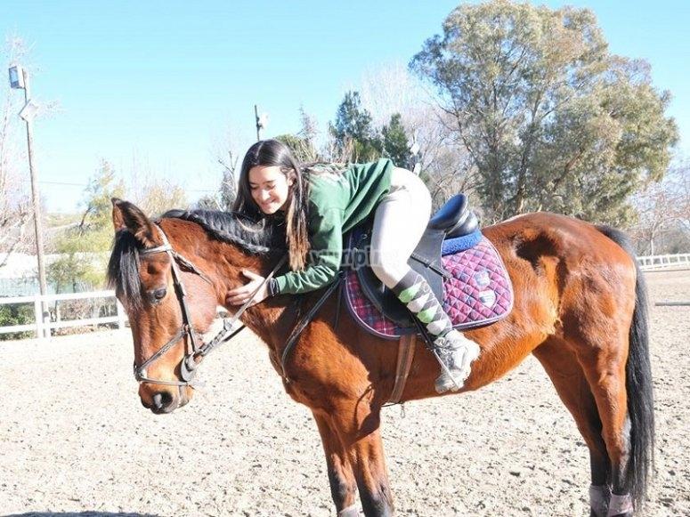 Acariciando al caballo en El Pardo