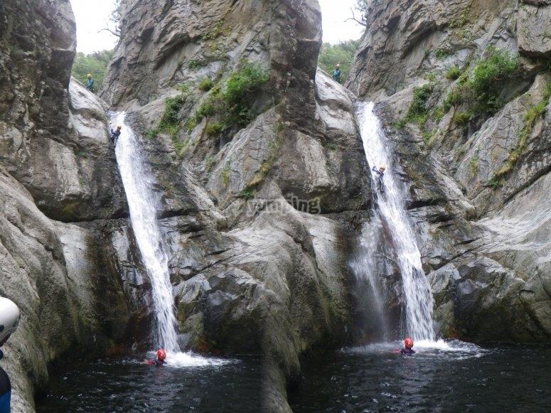 跳跳转到美丽的瀑布和水池