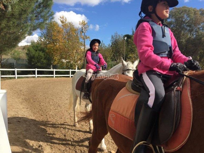 Peques dando clase de equitacion en Madrid
