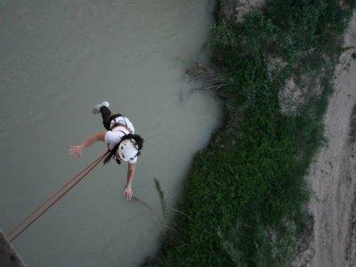 Salto de puenting en Benamejí sobre el río Genil