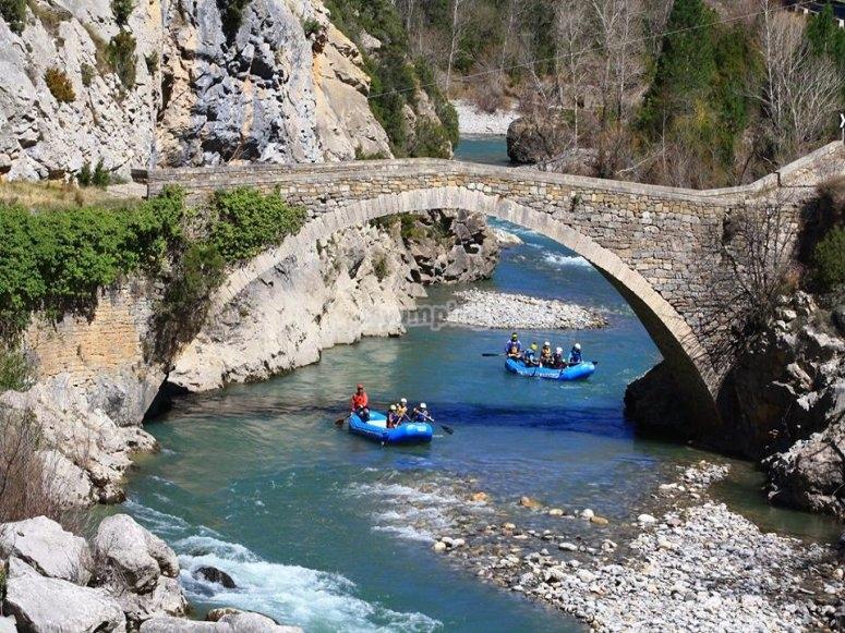 Cruzando bajo el puente rafting Huesca