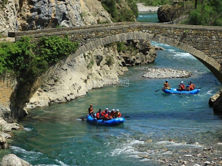 Raft pasando bajo el puente en Huesca