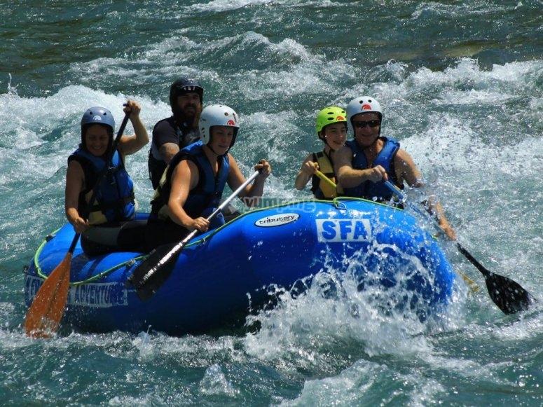 Remando en el raft en Huesca