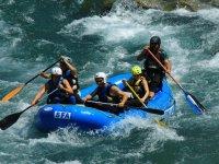 Grupo haciendo rafting en Huesca