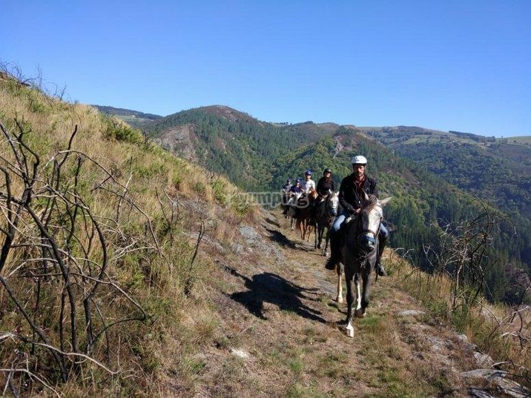 A caballo en sendero de Fonsagrada
