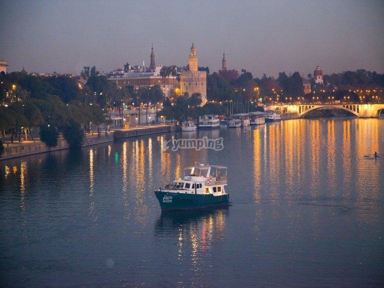 Paseo en barco nocturno en el Guadalquivir