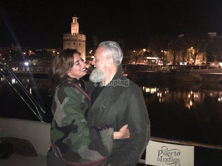 Pareja a bordo de yate en el Guadalquivir